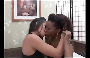 Biracial leszbikus hármasban